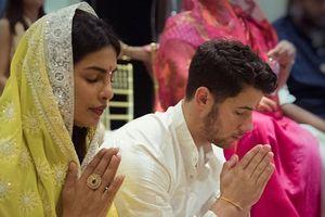 Hoa hậu Thế giới 2000 đính hôn với Nick Jonas theo phong tục Ấn Độ