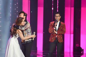 Chí Tài tiếp tục 'giả sói' lên sân khấu ôm nữ thí sinh