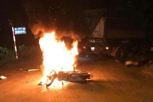 Đâm vào ô tô tải xe máy bốc cháy dữ dội, hai anh em sinh đôi 17 tuổi thương vong