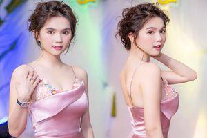 Showbiz 21/8: Ngọc Trinh mặc trễ nải đẹp tựa nữ thần