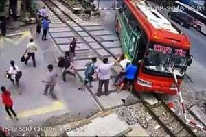 Gác chắn tàu đâm xuyên kính ô tô khách, hàng chục hành khách hoảng loạn