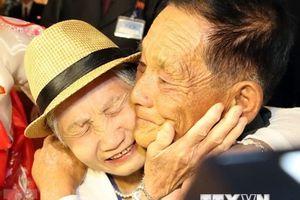 Nước mắt rơi trong buổi đoàn tụ gia đình hai miền Triều Tiên