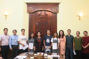 Bộ VHTTDL trao quyết định cho 6 sinh viên đầu tiên đi đào tạo ở nước ngoài