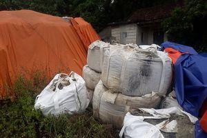 Vụ 233 tấn chất thải nguy hại tại Thái Nguyên: Chính quyền cho DN 'vừa đá bóng vừa thổi còi'?