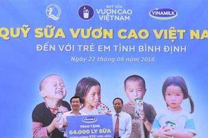 Trao 64.000 ly sữa cho 700 học sinh nghèo Bình Định