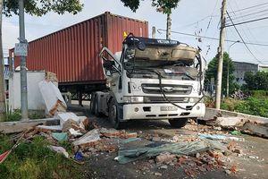 Cổng chào đè bẹp dúm cabin xe đầu kéo, tài xế bị thương nặng