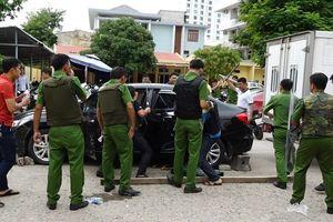Quảng Bình: Lao ô tô vào trụ sở CA thành phố, cầm dao đe dọa giết người