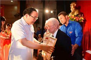 Bí thư Thành ủy Hà Nội Hoàng Trung Hải trao Huy hiệu Đảng cho các đảng viên lão thành dịp Quốc khánh 2-9