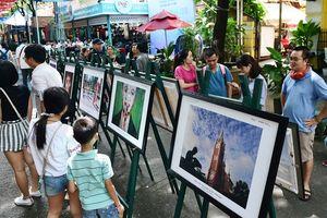 Triển lãm ảnh 'TP.HCM 2018' thu hút nhiều người xem tại đường sách