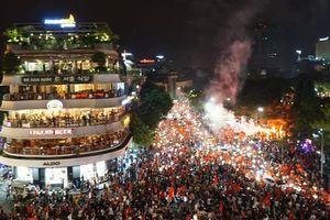 Biển người và cờ đỏ 'thắp sáng' hồ Gươm mừng chiến tích Olympic Việt Nam