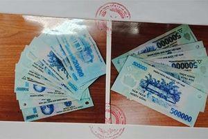 Hai nữ quái móc ví khách nước ngoài, đang chia tiền thì bị công an bắt