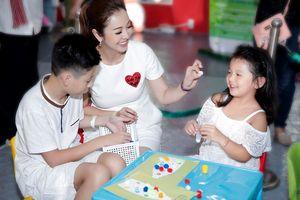 Bé Bảo Nam về nước, chững chạc bên mẹ Jennifer Phạm và em gái