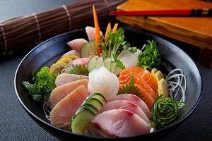 Ăn sushi thịt gà sống người đàn ông suýt bị mù vì giun đũa