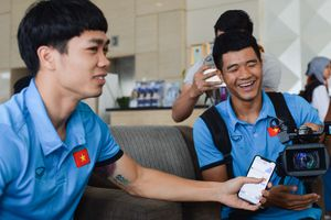 Hà Đức Chinh quay phim, phỏng vấn Công Phượng trước trận bán kết