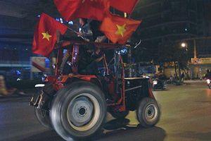 Dàn xe 'hàng độc' trắng đêm cổ vũ Việt Nam vô địch