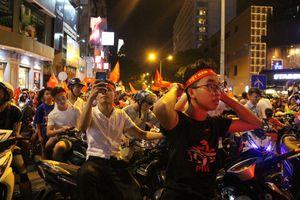 Giới trẻ Sài Gòn 'thức trọn đêm nay' để ăn mừng
