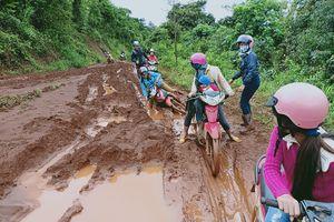 Đắk Nông: Thầy cô vượt bùn lầy vào rừng 'gọi' học sinh trở lại trường