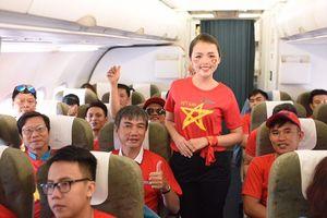CĐV 'nhuộm đỏ' các chuyến bay sang Jakarta 'tiếp lửa' cho Olympic Việt Nam