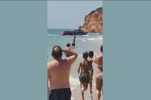 Đang tắm biển, du khách sững sờ khi thấy hàng chục người nhập cư đổ bộ, chạy rầm rập lên bờ