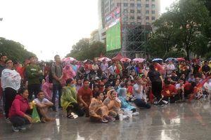 Hình ảnh xúc động của cổ động viên TP Hồ Chí Minh đội mưa cổ vũ cho đội tuyển