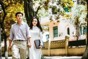 BTV Hoài Anh áo dài trắng tinh khôi, nắm tay trai trẻ dạo phố Hà Nội 'gây thương nhớ'