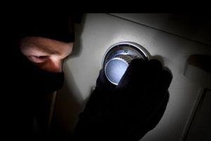 Cà Mau: Không tìm được kẻ trộm, thũ quỹ và bảo vệ đền tiền mất trộm