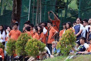 Chùm ảnh học sinh rủ nhau xem Olympic Việt Nam tập luyện