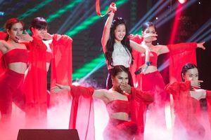 Hồng Nhung diện áo yếm, khoe vũ đạo quyến rũ trên sân khấu
