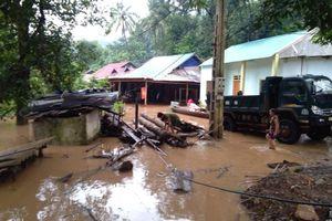 Lũ lớn ầm ầm đổ về, nhiều bản làng ở Nghệ An chìm trong biển nước