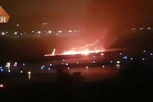 Máy bay chở 166 người cháy dữ dội khi hạ cánh