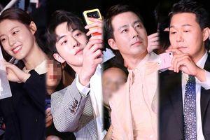 Thảm đỏ 'Pháo đài Ansi': Rụng tim trước vẻ đẹp của Jo In Sung, Nam Joo Hyuk và Seolhyun thân thiện chụp ảnh cùng fan
