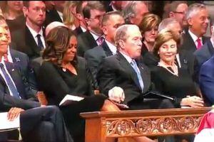 Cựu Tổng thống Bush cho kẹo phu nhân ông Obama