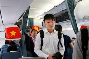 Các cầu thủ Olympic Việt Nam lên chuyên cơ về Việt Nam