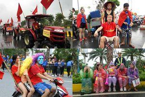 CĐV lái máy cày, đội mưa vây kín sân bay Nội Bài đón những người hùng Olympic Việt Nam trở về