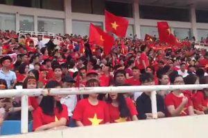 Clip: Hàng nghìn CĐV nhuộm đỏ sân Mỹ Đình, chờ lễ vinh danh Olympic VN