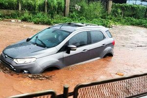 Quốc lộ 1 ngập sâu trong mưa, xe cộ ùn ứ ở Đồng Nai