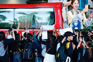 Fan Việt vây kín xe chở sao Hàn tại sân bay