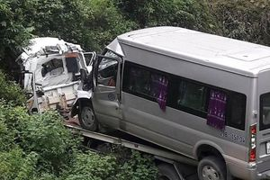 Xe cứu hộ mất lái lao xuống vực, 2 người tử vong