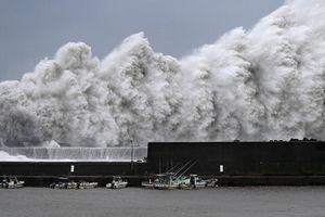 Nhật Bản: Tàu chở dầu đâm vào cầu, sân bay Osaka ngập lụt nặng do ảnh hưởng của bão Jebi