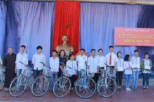 Trao tặng 30 xe đạp 'nâng bước đến trường' cho học sinh nghèo Hà Tĩnh