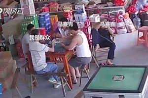 Mất ví khi chơi bài, người đàn ông kiểm tra camera phát hiện thủ phạm không ngờ