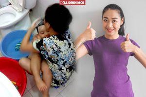 Đi làm về thấy cách bà tắm cho con mẹ chỉ biết cười thán phục