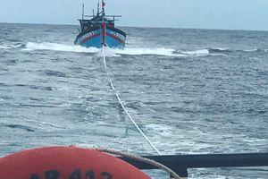 Cứu 8 thuyền viên tàu cá gặp nạn cách đất liền 130 hải lý