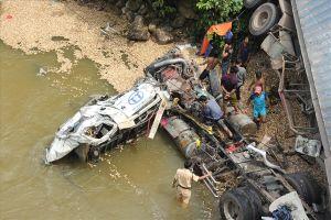 Xe ôtô chở gỗ dăm bị rơi xuống suối, tài xế mắc kẹt trong cabin