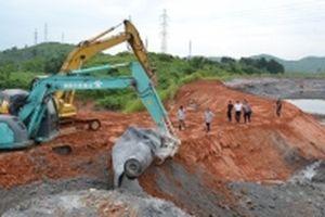 Đắp xong bờ bao 'hàn khẩu' hồ chứa nước thải Nhà máy DAP Lào Cai