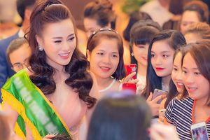 Phương Oanh 'Quỳnh búp bê' đẹp lộng lẫy, bị fans 'bao vây' ở event