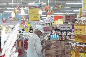 Bức ảnh cụ ông cứ 8 giờ tối chờ mua cơm thanh lý ở siêu thị khiến ai cũng nghẹn lòng