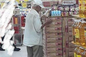 Cụ ông chờ mua cơm thanh lý ở siêu thị và ai cũng nghẹn ngào khi biết lý do