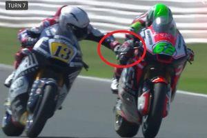 Clip: Tay đua mô tô thò tay bóp phanh của đối thủ đang phóng 225km/h