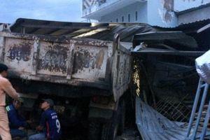 Cà Mau: Xe tải đâm vào 3 nhà dân, 4 người may mắn thoát nạn